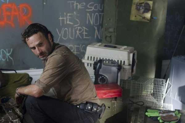 The Walking Dead: Recap of Episode 3.12 - Clear - Rick stashing weapons