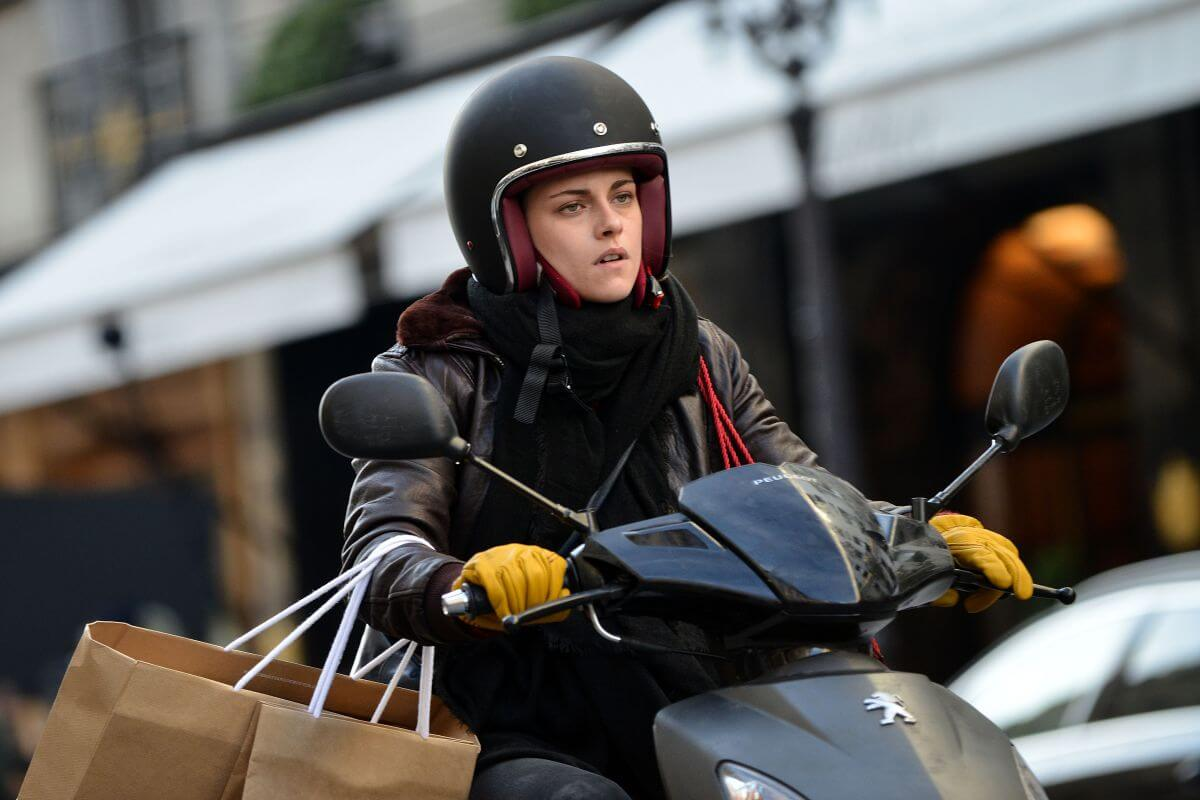 personal shopper 1 - Cannes 2016: Kristen Stewart Stars in Ghost Story Personal Shopper